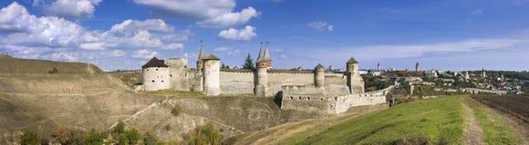 一座老城堡的全景在Kamenetz波多尔斯基,乌克兰, 库存图片