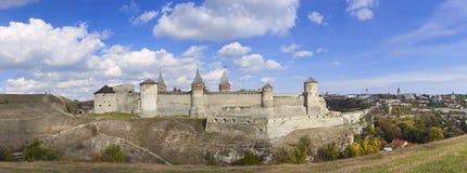 一座老城堡的全景在Kamenetz波多尔斯基,乌克兰, 免版税库存照片