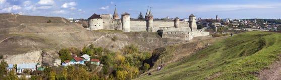 一座老城堡的全景在Kamenetz波多尔斯基,乌克兰, 免版税库存图片