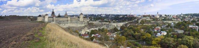 一座老城堡的全景在Kamenetz波多尔斯基,乌克兰 库存照片
