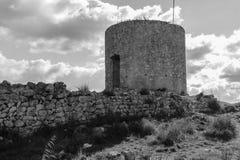 一座老城堡的塔楼在山中间的 免版税图库摄影