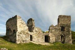 一座老城堡的废墟与蓝天的 库存图片