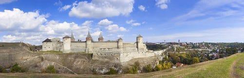 一座老城堡Kamenetz波多尔斯基,乌克兰,欧洲的全景 免版税图库摄影