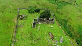 一座老教会和公墓的废墟在苏格兰-空中寄生虫英尺长度 股票视频