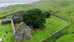 一座老教会和公墓的废墟在苏格兰-空中寄生虫英尺长度 股票录像