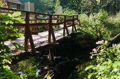 一座老木桥梁通过河 免版税图库摄影