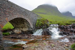 一座老桥梁和河导致Bealach na Ba的路的罗素在Applecross附近通过在Northe的西部 免版税库存照片