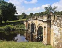一座老桥梁的一名妇女在英国 免版税库存图片