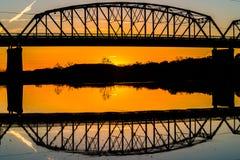 一座老桥梁的反射在得克萨斯Hillcountry 免版税库存图片