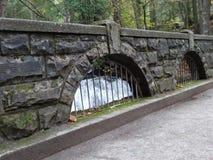 一座老石桥梁在Bellingham 库存图片