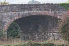 一座老砖被成拱形的桥梁 免版税图库摄影