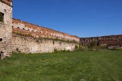 一座老被破坏的城堡的内在庭院与 免版税库存图片