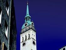 一座老钟楼 免版税库存照片