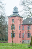 一座老moated城堡的塔 库存照片