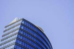 一座蓝色现代公司高层建筑物的顶部与一个镶边设计的 免版税库存照片
