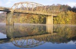 一座被成拱形的桥梁和秋天树在河,田纳西反射了 库存图片