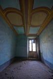 一座被放弃的城堡的一间屋子在意大利 库存图片