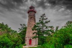 一座被放弃的灯塔在一多云天 免版税库存照片