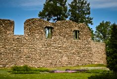 一座被破坏的城堡的石墙 免版税库存图片