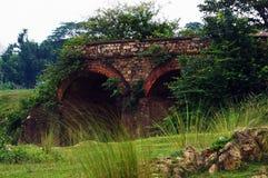 一座被破坏的老桥梁 免版税库存图片