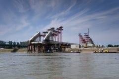 一座被轰炸的多瑙河桥梁的废墟在塞尔维亚 图库摄影