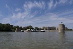 一座被轰炸的多瑙河桥梁的废墟在塞尔维亚 库存图片