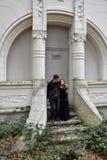 一座被迷惑的城堡的兄弟姐妹在森林 免版税库存照片
