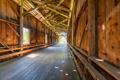 一座被遮盖的桥的内部在费尔顿加州 图库摄影
