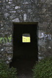 一座被破坏的城堡的门 免版税库存照片