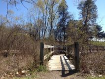 一座走道桥梁的低角度视图在水的 免版税库存照片