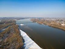 一座路桥梁和一座铁路桥的鸟` s眼睛视图横跨维斯瓦河 库存图片