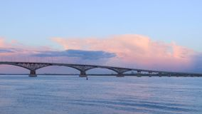 一座路桥梁的Timelapse横跨伏尔加河的在日落的市萨拉托夫和恩格斯之间 蓝天和桃红色云彩 股票录像