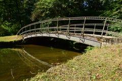 一座金属桥梁在公园 免版税库存图片
