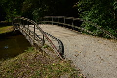 一座金属桥梁在公园 库存照片