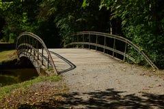 一座金属桥梁在公园 库存图片
