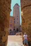 一座钟楼在圣吉米尼亚诺 免版税库存照片
