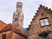 一座钟楼的上面的看法在其他大厦的 库存照片