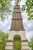 一座钟楼的独特的看法在Purdue校园里的 免版税库存照片