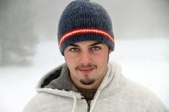 一座降雪的山的西班牙年轻人 图库摄影