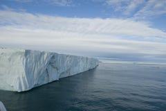 一座非常大冰山的一个令人敬畏的看法在北极 库存图片