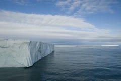 一座非常大冰山的一个令人敬畏的看法在北极 免版税库存照片