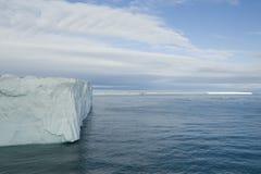 一座非常大冰山的一个令人敬畏的看法在北极 免版税库存图片