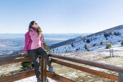一座高冬天山的旅游妇女 库存照片