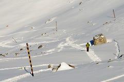 一座高冬天山的登山人 免版税库存照片