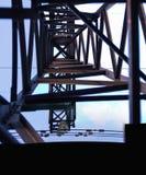 一座高压电定向塔的里面看法 免版税库存图片