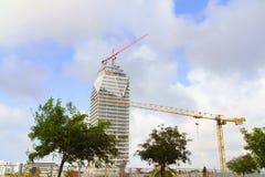 一座高层建筑物的建筑与起重机的 免版税图库摄影