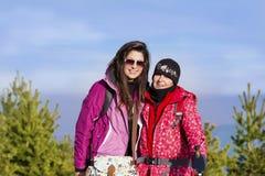 一座高山的两名被装备的远足者妇女 图库摄影