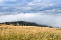 从一座高山的看法与阴暗天空和云彩 库存图片