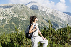 一座高山的远足者妇女,看全景 库存图片