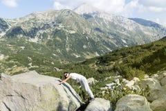 一座高山的远足者妇女,看全景 免版税图库摄影
